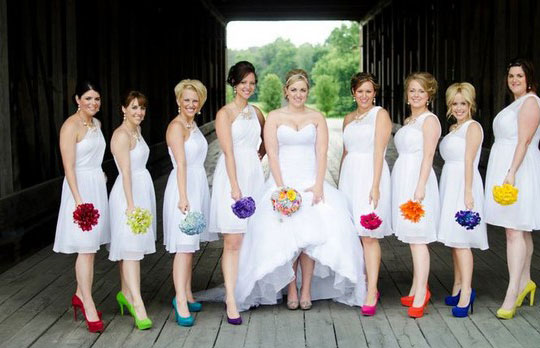 Robe demoiselle d'honneur blanche et chaussures colorées