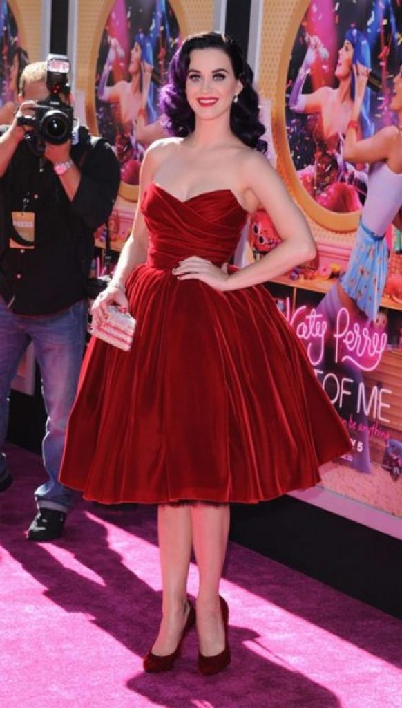 Robe de cocktail rouge courte bustier coeur