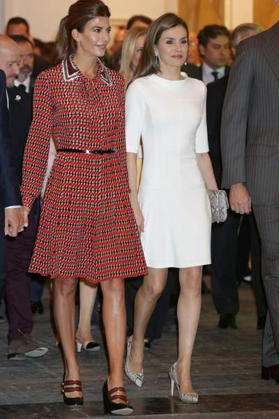 Letizia d'Espagne en robe blanche courte et Juliana Awada en petite robe chic rouge à motifs