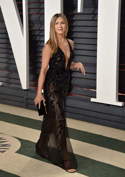 Jennifer Aniston en robe de soiré noire ultra sexy fendue
