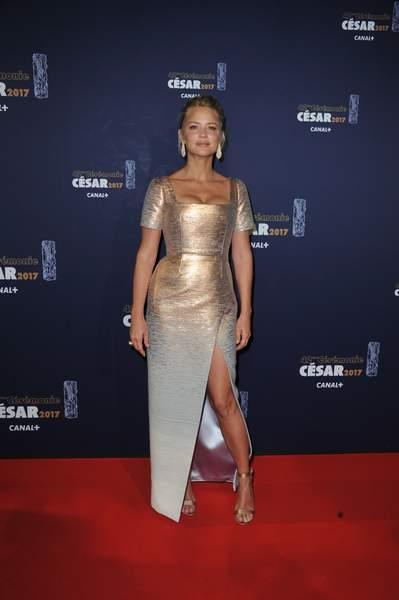 Virginie Efira en une robe de soirée fourreau avec fente en sequin
