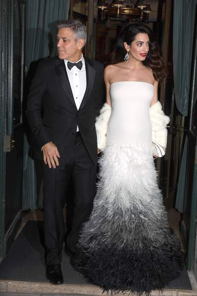 Amal en robe de cérémonie blanche longue