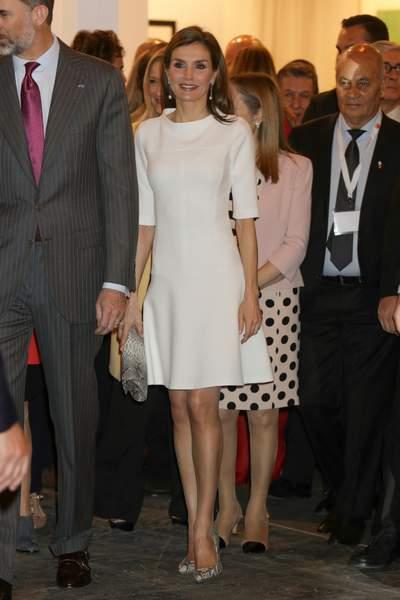 Letizia d'Espagne en une robe blanche courte simple et escarpins serpent à hauts talons