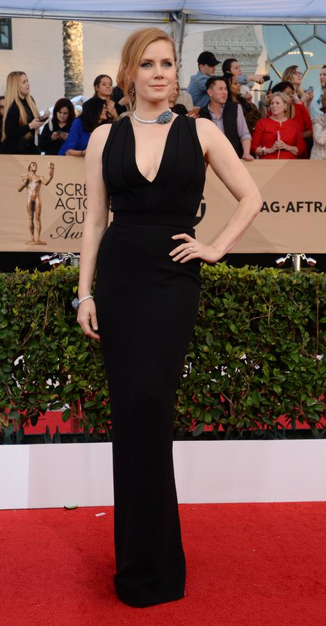 Amy Adams en robe noire fourreau col en v