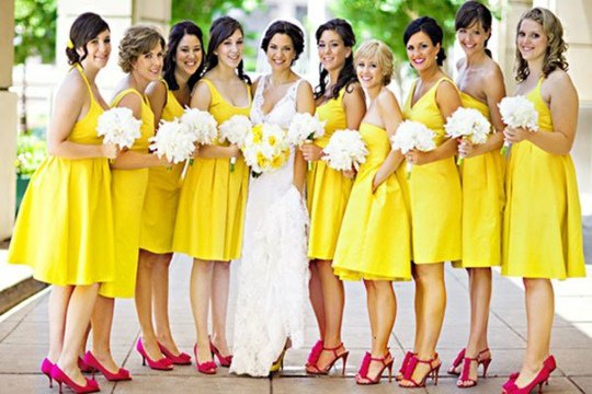Robe demoiselle d'honneur jaune avec sandales fuchsia