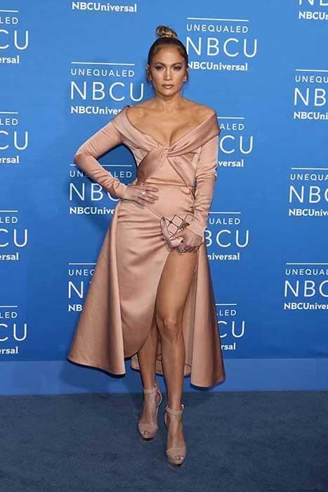 Jennifer Lopez porte robe de gala pêche à la présentation NBCUniversal